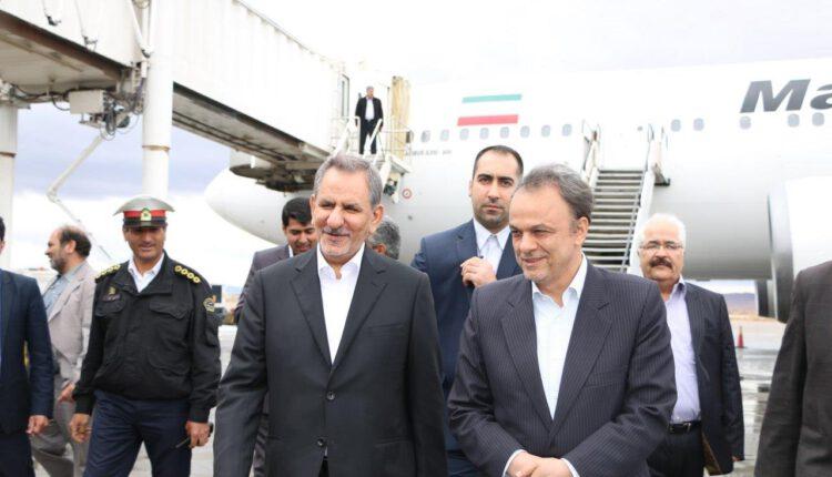 اسحاق جهانگیری و علیرضا رزم حسینی در فرودگاه کرمان